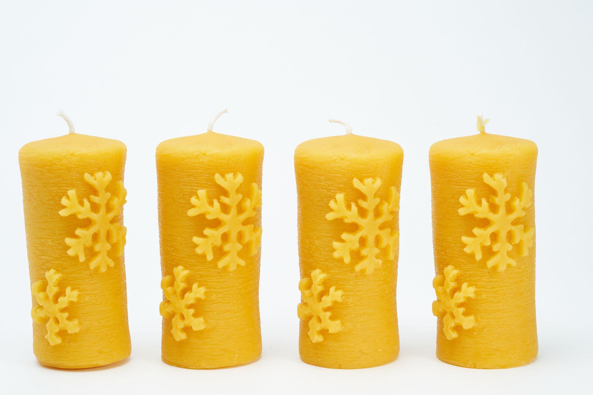 4 Stumpenkerzen mit Schneeflocke (ca. 10,5cm x 5cm) aus 100% Bienenwachs vom Imker
